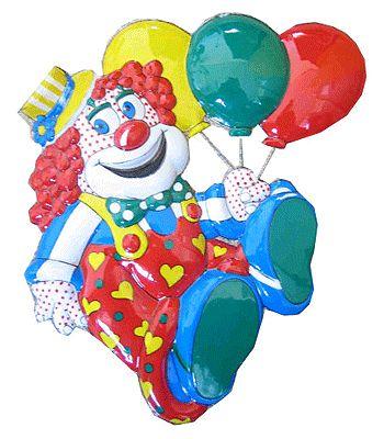 Decoratie clown met ballonnen in vrolijke kleuren. Deze decoratie clown heeft een formaat van 50 x 45 cm. Dit plastic ornament is een echte carnavalsversiering artikel.