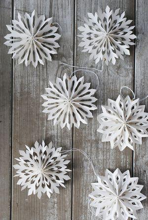 Pleated Paper Snowflake garland  |  Julgranshänge snöstjärna - House Doctor  |  from:  Julia's Vita Drommar (White Dreams)  |  via:  http://www.juliasvitadrommar.se