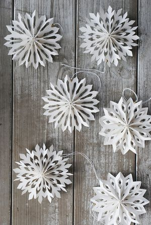 Christmas: Snowflake Ornament Idea (Follow Mini Paper Medallion Instructions at http://www.minieco.co.uk/mini-paper-medallions/)