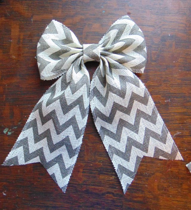 Step by step instructions with pictures on how to make a PERFECT burlap bow! Burlap bow tutorial. Burlap wreath with bow.