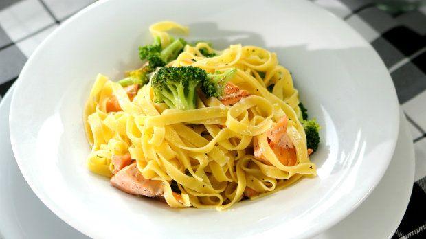 Tagliatelle s brokolicí a kousky lososa (done)