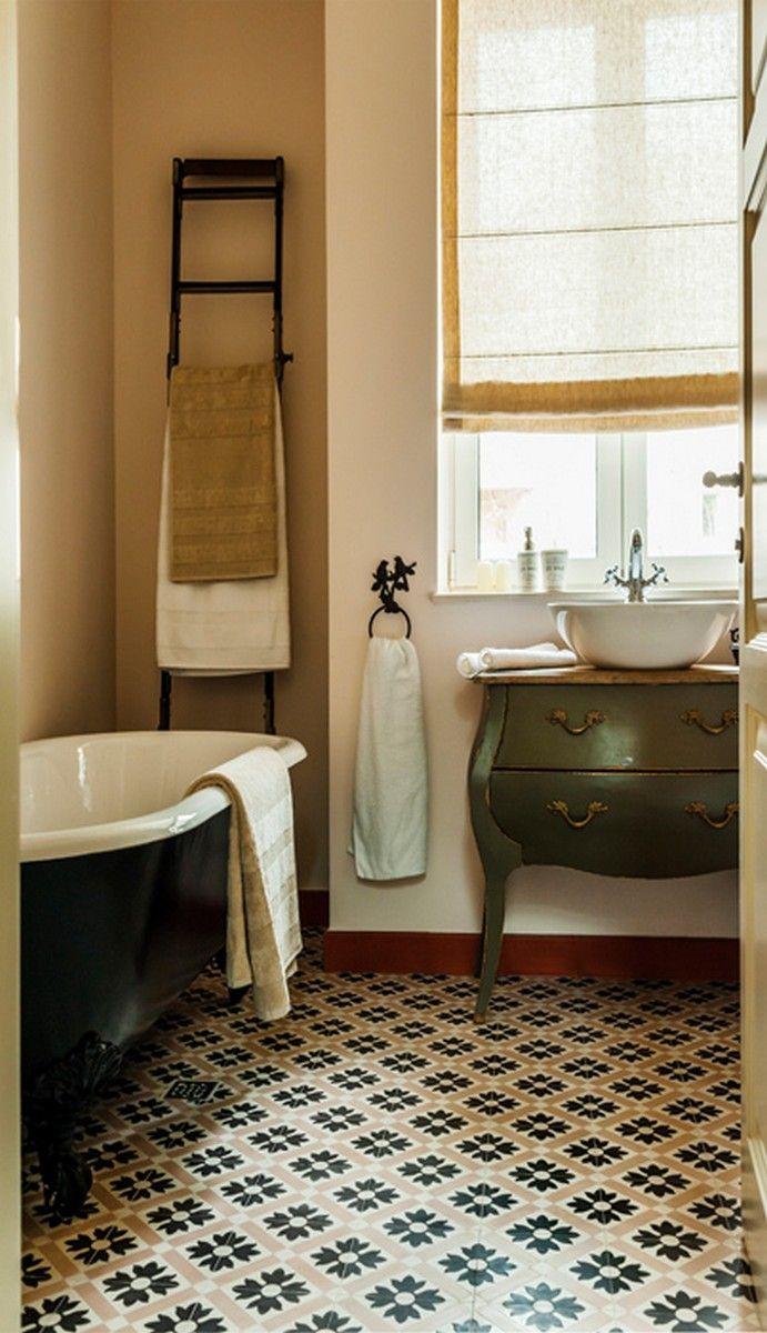 Proiecte Design - La Maison - guest bathroom, ciment tiles, black&white volevatch iron cast tube