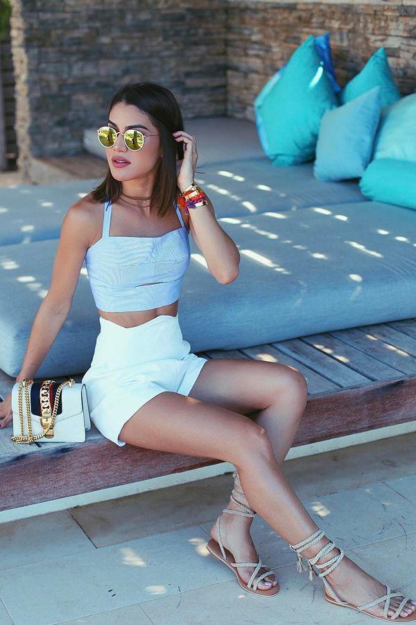 Look Camila Coelho com short branco: Além de ser fresquinho e neutro, essa peça ainda permite combinações variadas e pode ser adaptada aos mais diversos tipos de compromisso. Ideal para os dias quentes de verão, e o modelo de cintura alta é perfeito para ser usado com crop tops.