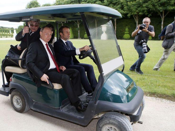 A Versailles, Emmanuel Macron joue le grand jeu pour pour impressionner Vladimir Poutine. Mais le chef de l'Etat offre également à son homologue russe ce drôle de moment : un trajet en voiturette de golf.