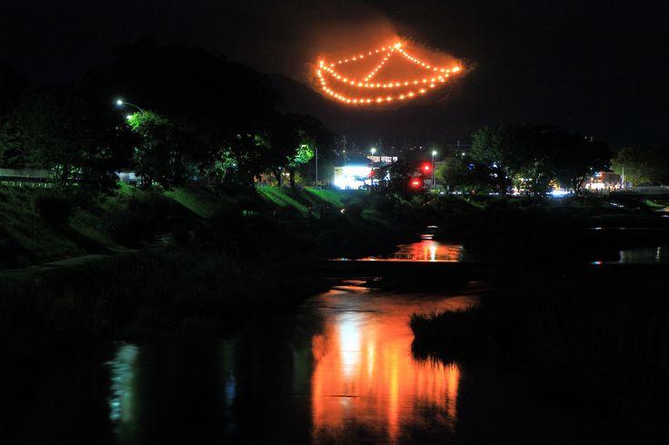 五山送り火 舟形 夜空をそめる炎と賀茂川の水鏡