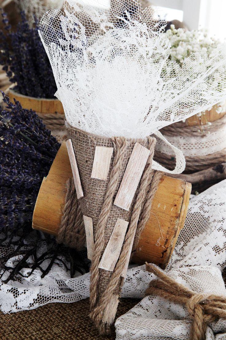 Μπομπονιέρα Atelier Zolotas σε σχήμα χωνιού με εσωτερικό τούλι.