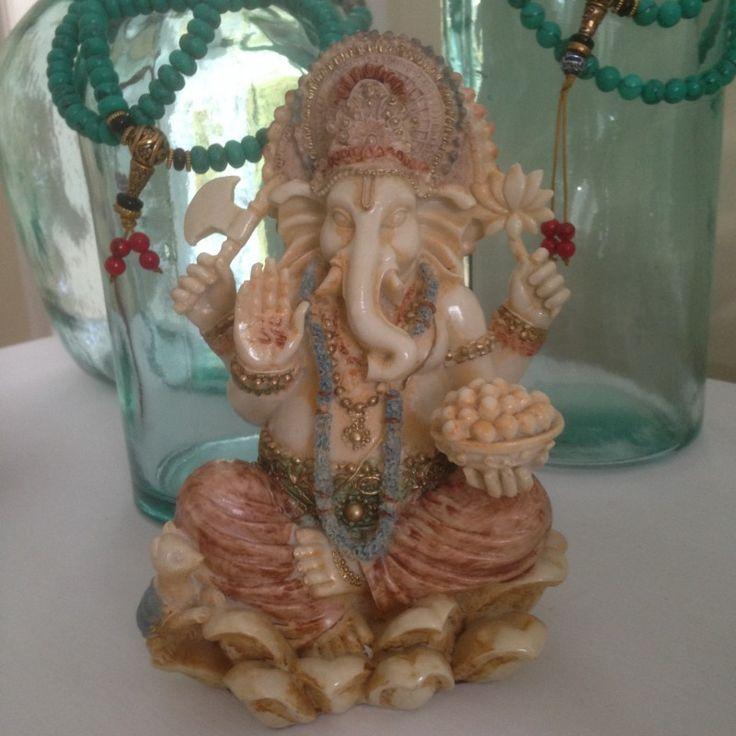 Ganesha, ook wel Ganesh, is de zoon met het olifantenhoofd van de god Shiva en Parvati. Hij staat bekend als de godheid die obstakels uit de weg ruimt. Daarom wordt hij als een typische geluksbrenger beschouwt in India.