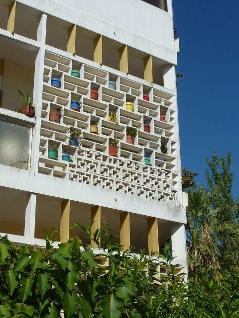 Apartment block in Avenida Cinco de Outubro, Faro (Portugal), Manuel Gomes da Costa (arch.) for António Pinheiro Brandão, 1957.    Source: Ricardo Agarez, 2010.