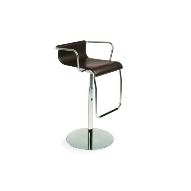 Stool with armrests, suitable for use in living areas or wine bars. Vertigo stands out for its distinctive metal drop-down footrest hooked onto the wooden seat which curves up at the back and down at the front for extra comfort. The metal pedestal base with round metal base plate allows you to swivel the seat.