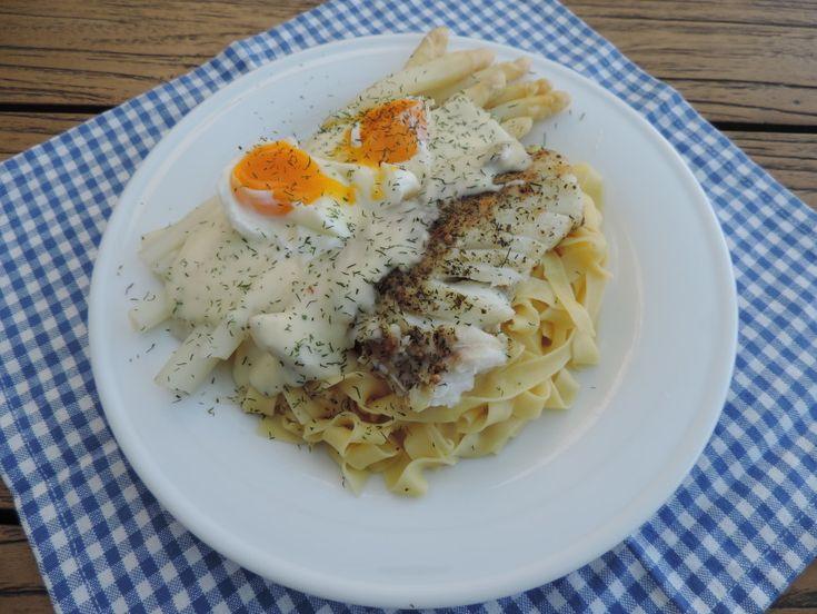 Aardappelen bij de asperges zijn meestal standaard. Vandaag echter Asperges, pasta en kabeljauw met een heerlijke dillesaus. Lekker even anders.