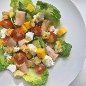 Healthy salade met mango en kip