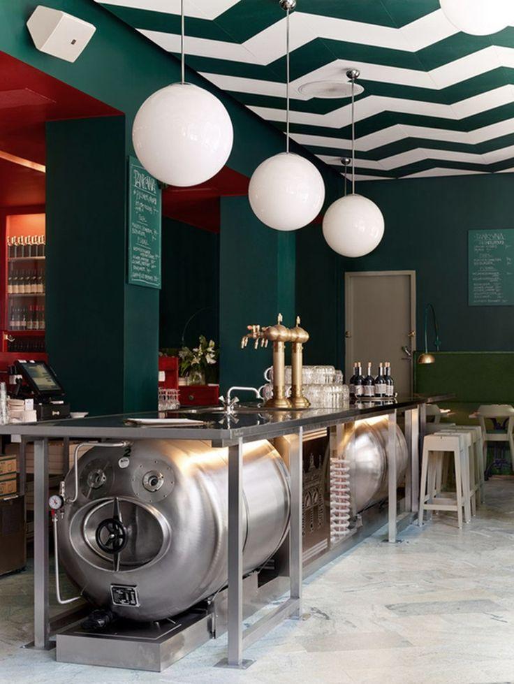 В Стокгольме на улице Birger Jarl Gatan расположился интересный пивной бар Bar Central. Меню пивного бара – это центрально-европейская кухня, большая карта вин и свежее танковое пиво прямиком с чешской пивоварни. Это второй по счету пивной бар Bar Central в Стокгольме, который оформили дизайнеры местной студии дизайна Uglycute