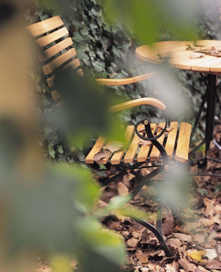 Grenen är en modern tolkning av de traditionella trädgårdsmöbler man hittade i de finare trädgårdarna på 1800-talet. I nutidens utgåva har man lagt stor vikt vid komfort, men har samtidigt bevarat det klassiska och gemytliga uttrycket. Möblerna är producerade med massiva lameller i teak, monterade på ett underrede av galvaniserat vitlackerat stål.