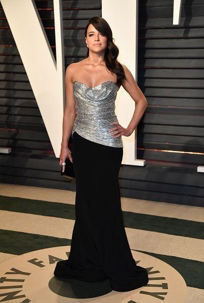<p>Michelle Rodriguez lució muy femenina y elegante con un vestido de corpiño plateado y falda drapeada negra. </p>