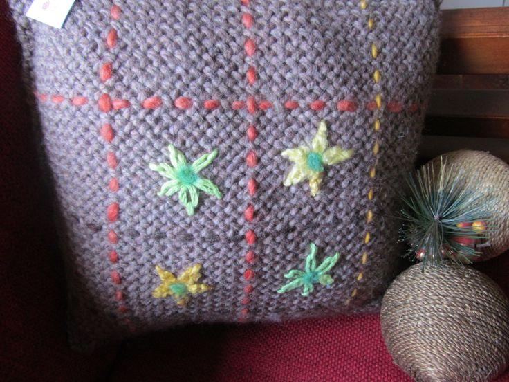 Cojín tejido a telar en lana natural, bordado a mano.