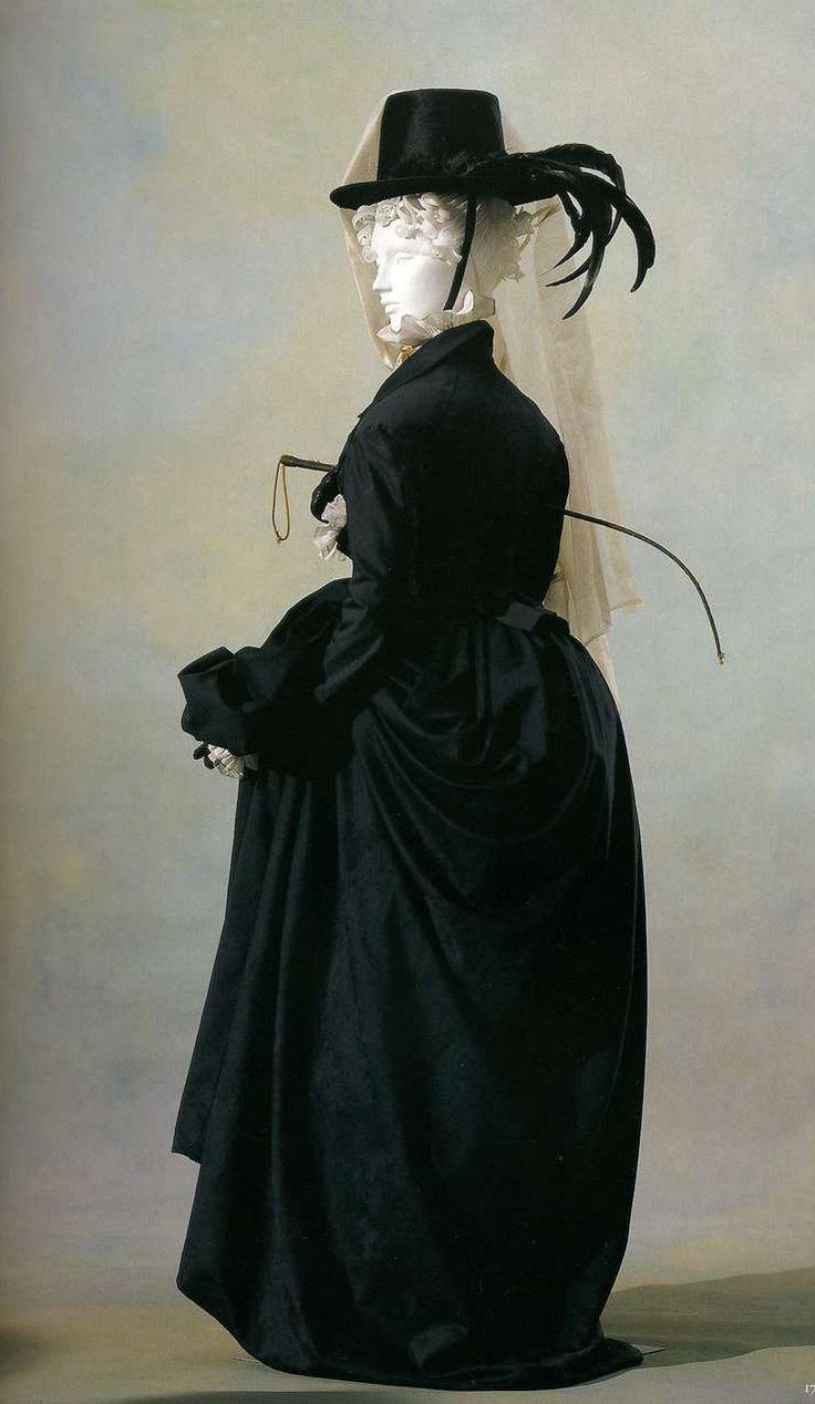 Костюм для верховой езды. Около 1810. Черное шерстяное сукно двойной ширины, комплект из прилегающего жакета и юбки.