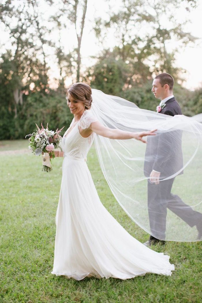 Stunning dress and veil! The Guide To Wedding Dress Rentals - Photographer: Paige Winn Photo