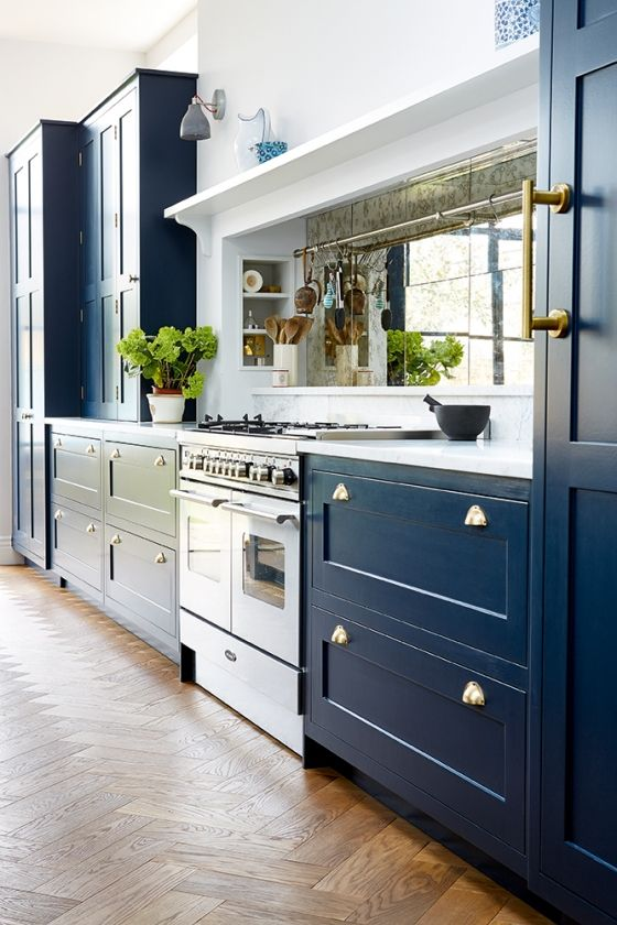 kitchen,blakes london,traditional,spacious,expansive,cooker,marble worktop,carrara marble worktop,oven,mirrored splashback,mirrored,shaker,blue,