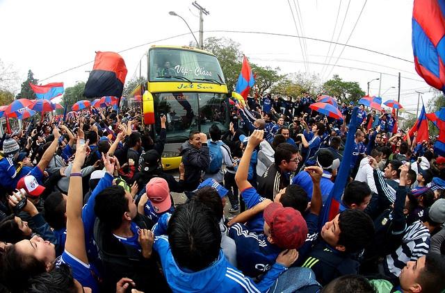9 de MAYO de 2012/SANTIAGO Hinchas de Universidad de Chile apoyan a su en el día de su último entrenamiento antes del partido frente a Deportivo Quito, por la revancha de octavos de final de la Copa Libertadores.   FOTO: OSVALDO VILLARROEL / AGENCIAUNO