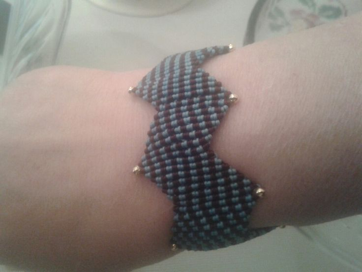 Zig zag macrame bracelet in blue and brown