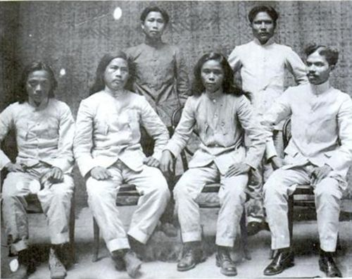 "1907 Photo. L to R, seated: Julian Montalan, Francisco Carreon, Macario Sakay and Leon Villafuerte; L to R, standing: Benito Natividad and Lucio de Vega.  Filipino resistance to American rule did not end with the capture of Emilio Aguinaldo on March 23, 1901. There were numerous resistance forces fighting for independence until 1910. One of these forces was led by Macario Sakay who established the ""Republika ng Katagalugan"" ( literally, ""Tagalog Republic"", but by ""Katagalugan"", Sakay meant…"