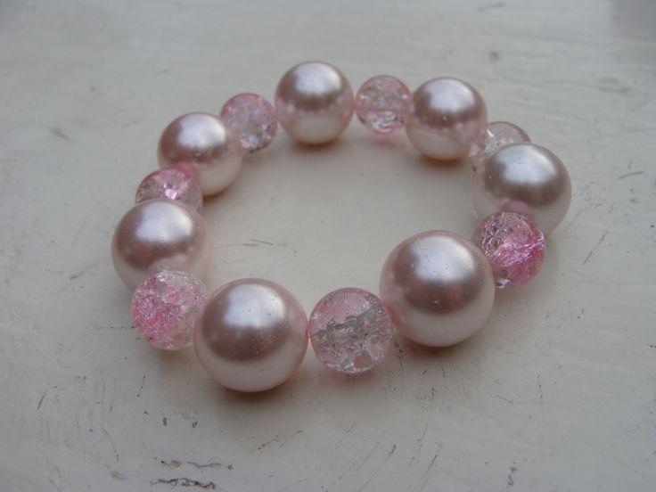 Armbandje met grote, roze parels