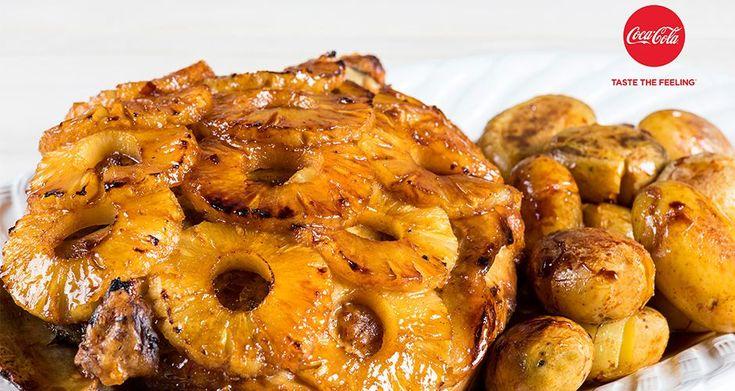 Ψητό χοιρινό με καραμελωμένη σάλτσα ανανά από τον Άκη Πετρετζίκη. Ζουμερό χοιρινό στον φούρνο με ανανά ιδανικό για επίσημο γεύμα ή το οικογενειακό σας τραπέζι!