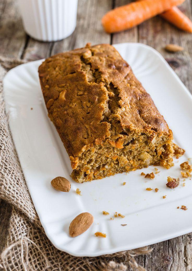 La torta di carote è un dolce che si presta in tutte le occasioni. La farina di farro e lo zucchero di canna integrale la rendono ancora più salutare.