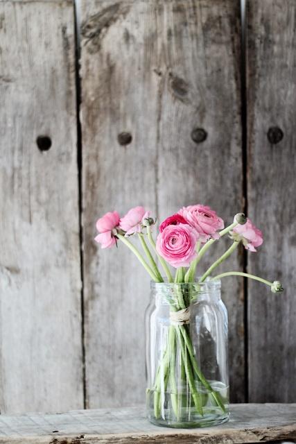 Eenvoudig mooi; roze ranonkels in een glazen pot, je hebt niet meer nodig.