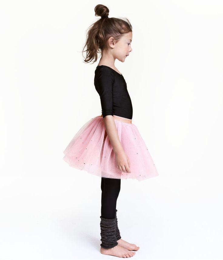 Check this out! Een uitlopende rok van meerdere lagen tule met goudkleurige glitters. De rok heeft een glitterende elastieken tailleband. Ongevoerd. – Ga naar hm.com om meer te bekijken.