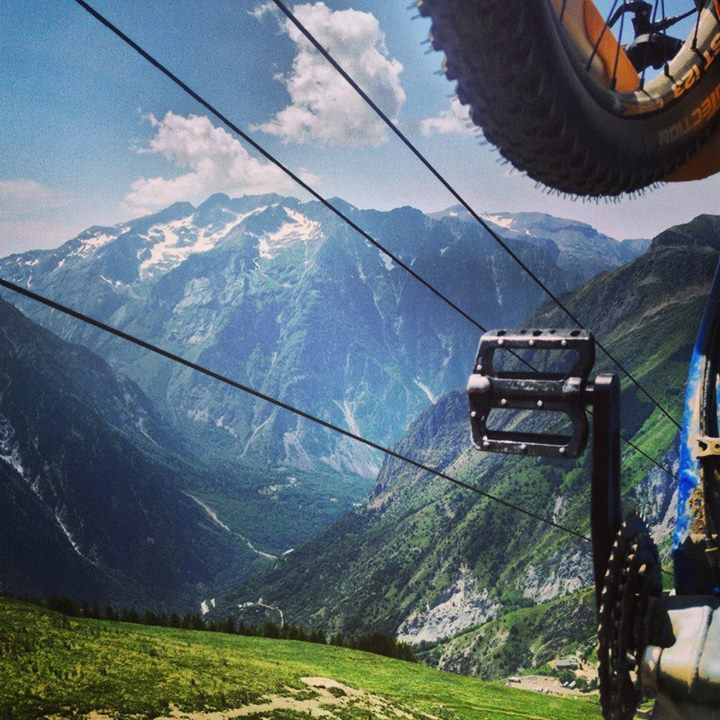 Heading up the mountains to hit the trails! #crankworx #foxeurope #foxmtb