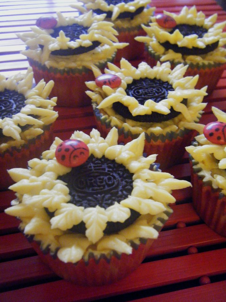 Sunflowers cupcakes with ladybug make of red lacasitos. :)
