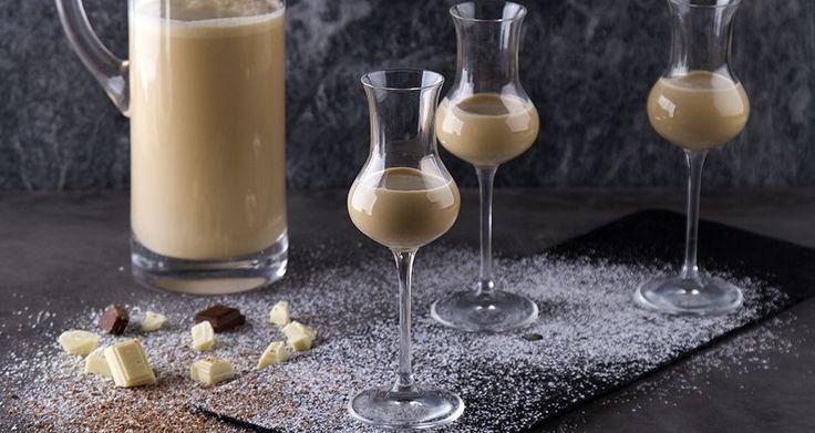 Σπιτικό λικέρ λευκής σοκολάτας με καφέ από τον Άκη.Ένα ποτό για να κλείσετε όμορφα ένα επίσημο δείπνο ή ένα τραπέζι.Βρείτε την συνταγή στο akispetretzikis.com