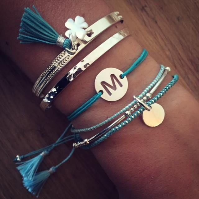 Composition de bracelet vert turquoise et argent 925 - L'Atelier d'Amaya #bracelet #initiale #trefle #femme #bijoux