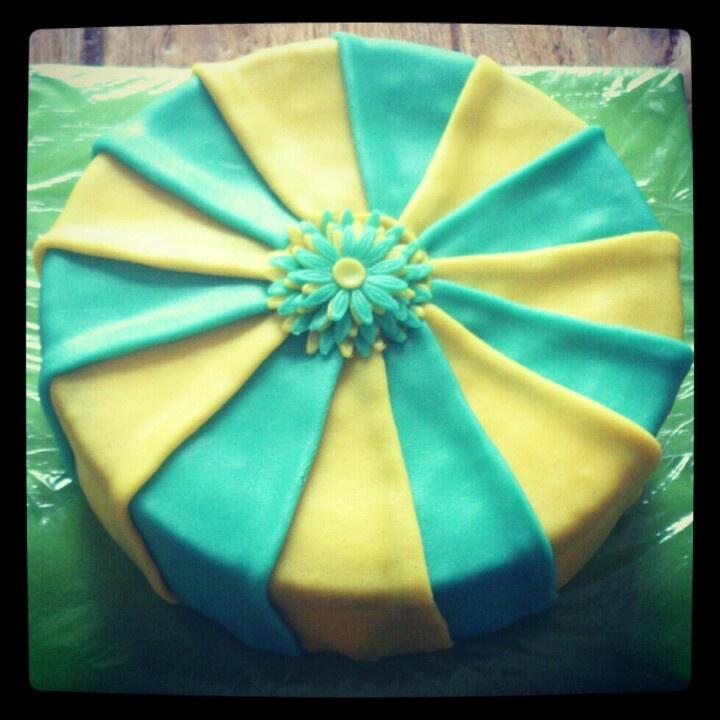 Geel met blauwe plooien taart; yellow and blue circus cake