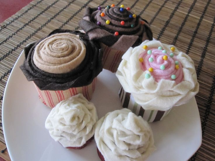 on pins and needles Cupcakes pincushions tutorial