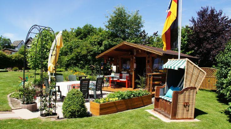 Gartenhaus mit Strandkorb, Erbeerhochbeet und Terrasse