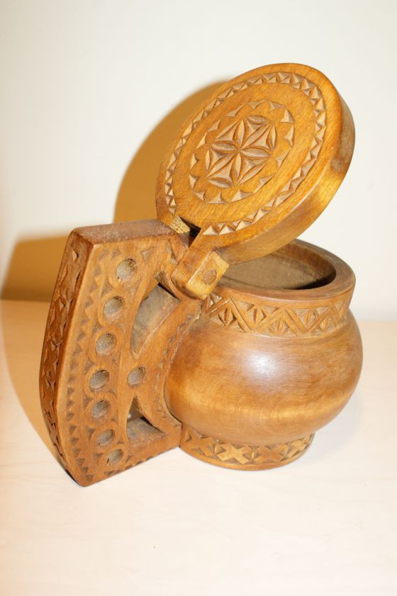 Cana din lemn cu capac, sculptata cu modele romanesti