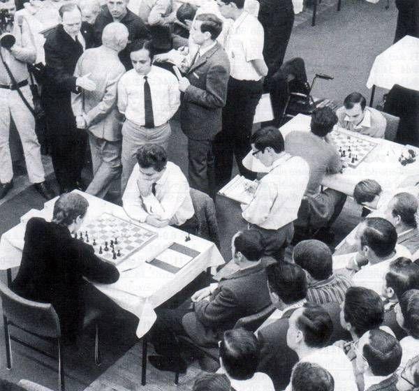 Boris Spassky et Bobby Fischer sous le regard de Florin Gheorghiu, Siegen 1970