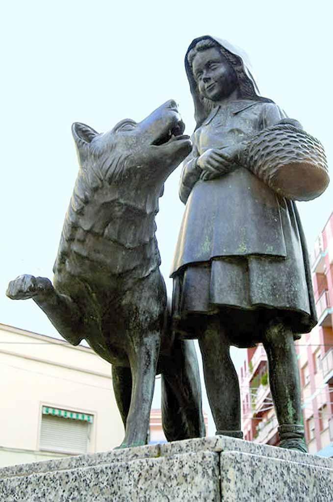 Chapeuzinho Vermelho. Bronze e granito.  Fotografia:  http://juangonzalez68.blogspot.com.br