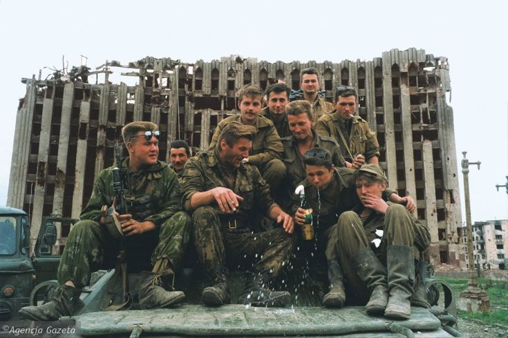 To zdjęcie też powstało w Czeczenii, ale w znacznie spokojniejszych warunkach. Miasto Grozny, 1995 rok. Rosyjscy żołnierze piją szampana, świętując zwycięstwo. Za nimi znajduje się zniszczony pałac prezydencki