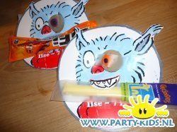 Dolfje Weerwolfje traktatie Kaas en Worst - Gezonde traktatie, Griezelfeest Halloween, Traktaties - En nog veel meer traktaties, spelletjes, uitnodigingen en versieringen voor je verjaardag of kinderfeest op Party-Kids.nl