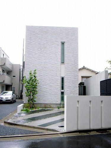 静寂が似合う建物ファサードと調和するデザイン