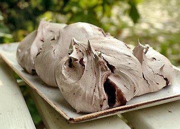 Blot tre ingredienser - æggehvide, rørsukker og kakao - og du har de dejligste kager. De kan spises, som de er, eller de kan knuses og bruges i en isdessert. Og så kan de gemmes rigtig længe.