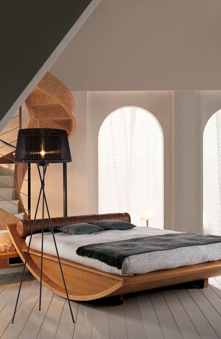 Lampa stojąca do salonu i sypialni Oslo F01437BK. Prostota i klasyka w jedynym.