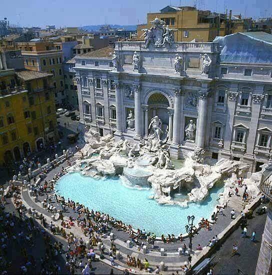 La bella fuente de trevi en Roma, Italia