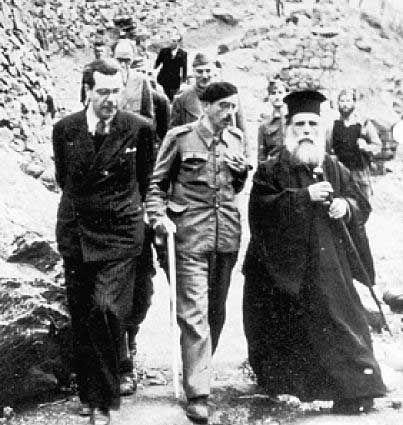 """ΒΑΡΚΙΖΑ ο Τσιριμώκος ήρθε σε επαφή με τον επικεφαλής του κλιμακίου της Ιντέλιντζενς Σέρβις στην Αθήνα Ντέιβιντ Μπάλφουρ (Ο Μπάλφουρ ήταν ο περίφημος πατήρ Δημήτριος στο παρεκκλήσι του """"Ευαγγελισμού"""" στον καιρό της Κατοχής) και με τον στενό συνεργάτη του Δαμασκηνού καθηγητή Ιωάννη Γεωργάκη, εκδηλώνοντας την επιθυμία να συναντηθεί με τον αρχιεπίσκοπο - αντιβασιλέα"""