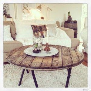 Snyggt med rustikt bord av gamla träplankor i vardagsrummet.