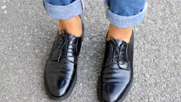 Le scarpe stringate, con o senza lacci, sono un intramontabile pezzo di moda maschile, ma da qualche tempo anche femminile! Scopriamo come abbinarle con stile.