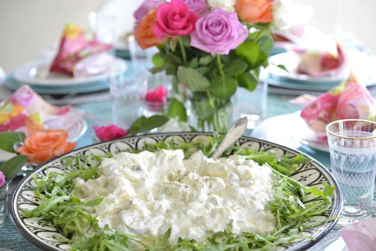 Verdens bestehjemmelagde potetsalat. Jeg var heldig å få oppskriften, og i dag deler jeg den for første gang på bloggen. Den passer perfekt til grillmat, på koldtbordet eller sammen med en god salattil fisk eller kjøtt. Den er en god klassisk potetsalat …